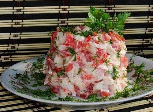 Салат с крабовыми палочками, рисом и яйцом
