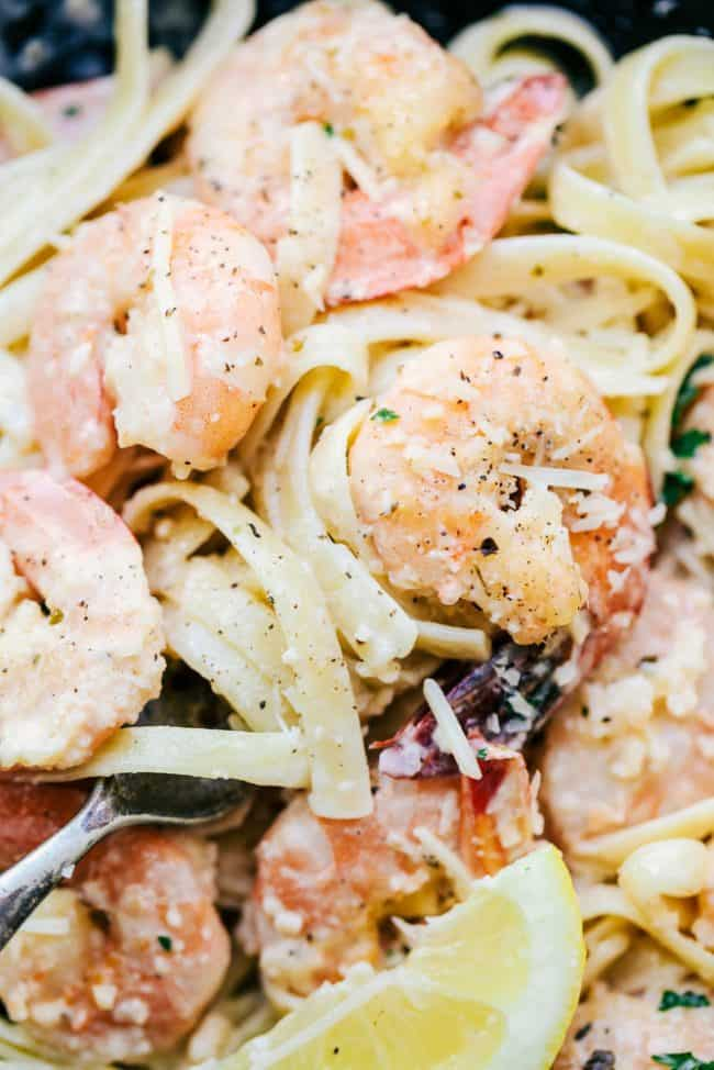 Spaghetti with shrimps according to the traditional recipe