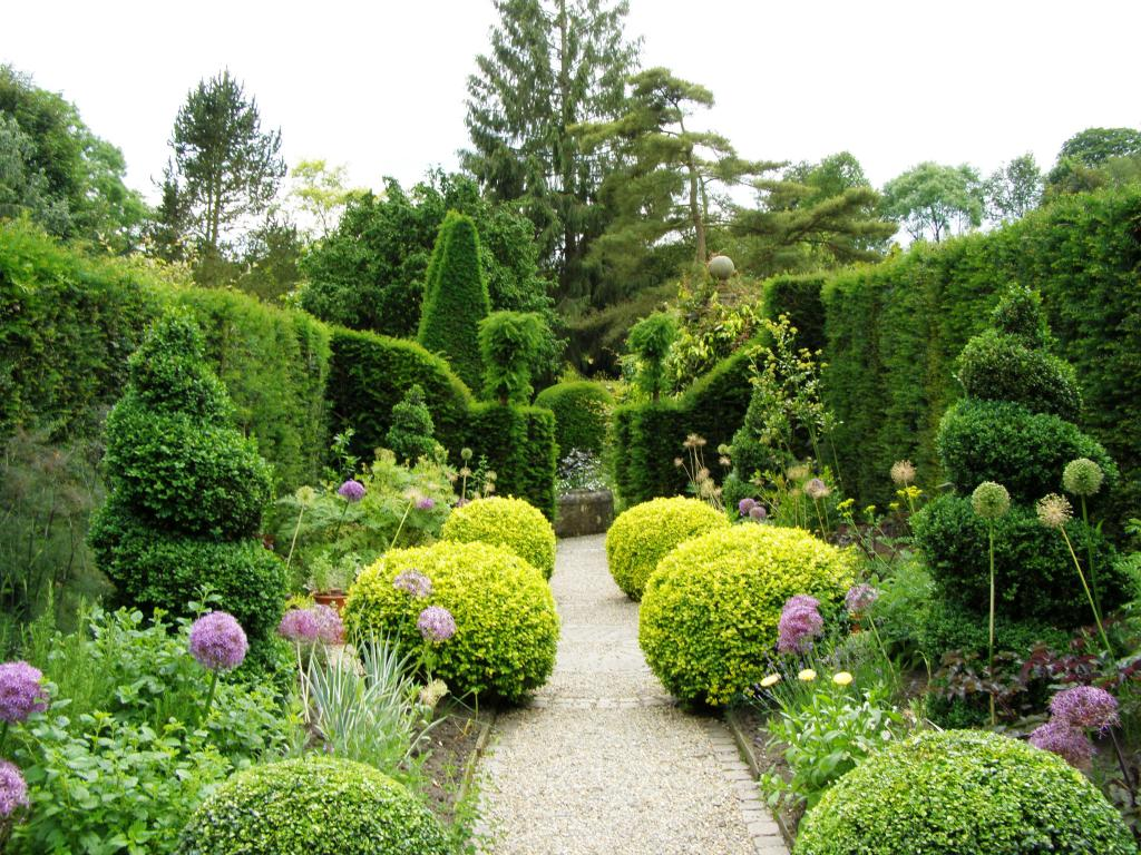 how to decorate the garden with your own hands