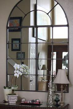 Можно вешать зеркало напротив входной двери