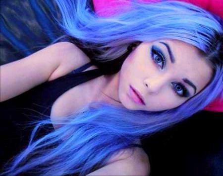 Сексуальная девушка с синими глазами и чёрными волосами