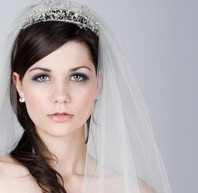 прически с короной на свадьбу