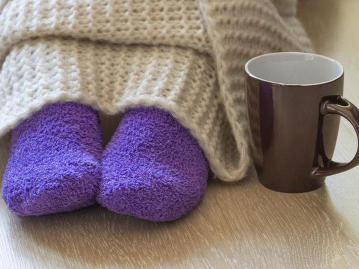почему в теплом помещении мерзнут ноги
