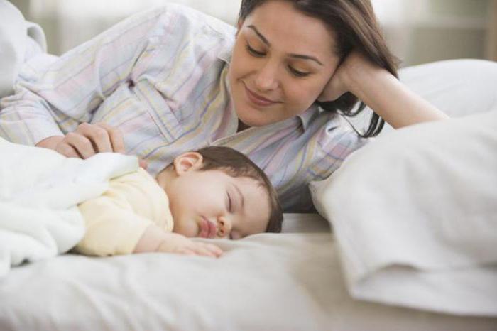 Содрогается во сне новорожденный: почему и что делать?