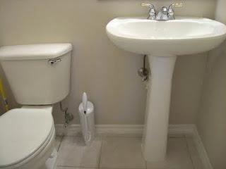 закрываем трубы в туалете пластиком