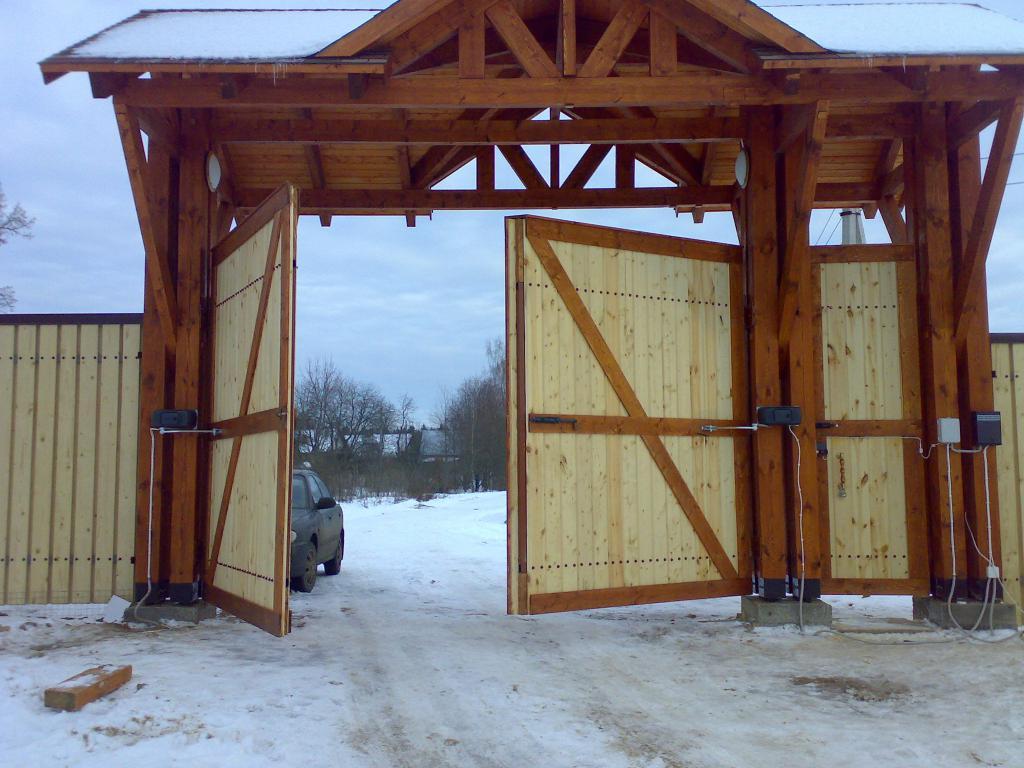 Деревянные распашные ворота с автоматикой.