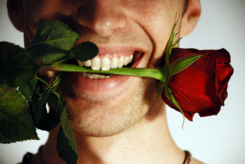 Сонник: большой букет красных роз с шипами – будьте осторожны, не обманитесь, поверив в обещания и слова своего партнера.