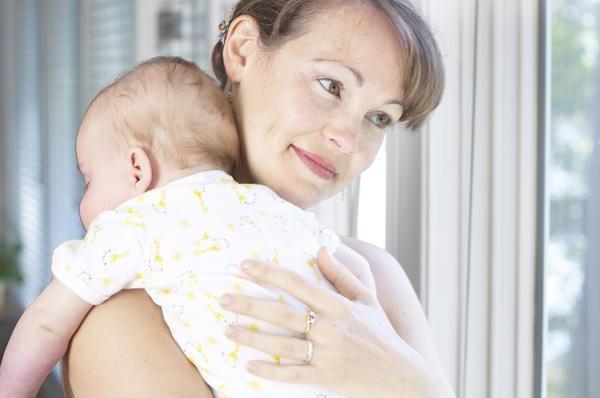 Как малыша держать столбиком после кормления новорожденного