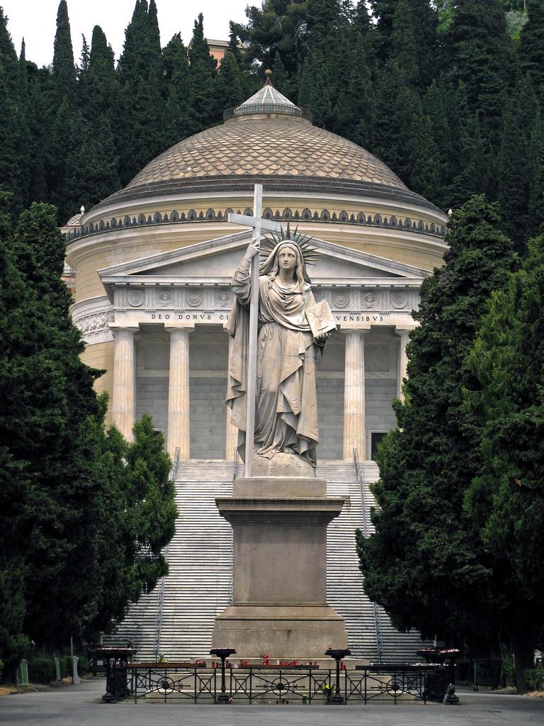 Пантеон на кладбище