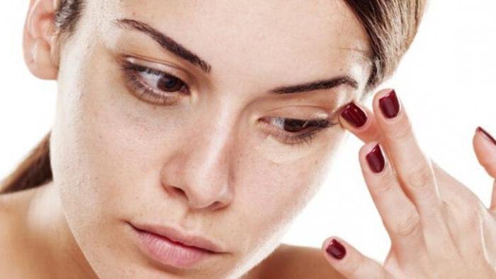 Смотреть Мешки под глазами: как помочь коже после праздников видео
