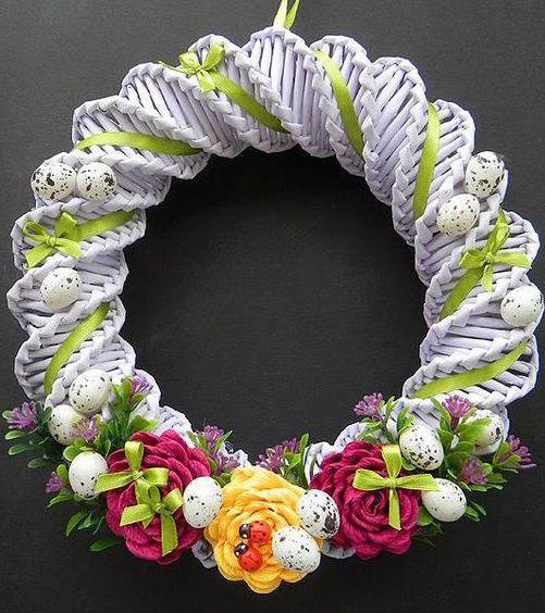 венок из газетных трубочек спиральным плетением