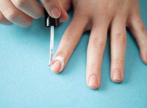 чем мажут вокруг ногтя когда делают маникюр