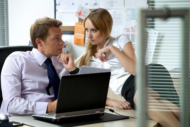 Муж сидит на сайтах знакомств: что делать, как реагировать, поиск причин, советы и рекомендации семейных психологов