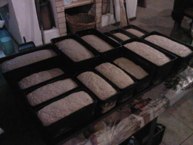 Хлеб в форме для выпечки.
