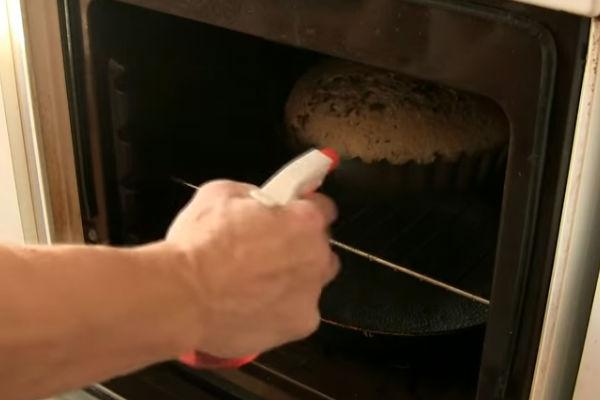 Отправляем хлеб в духовку.