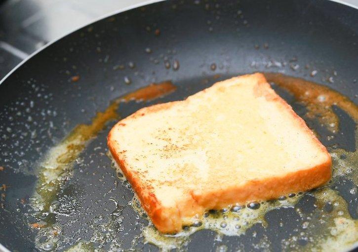 Жарим белый хлеб.