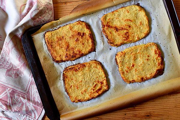 Хлеб на салфетке.