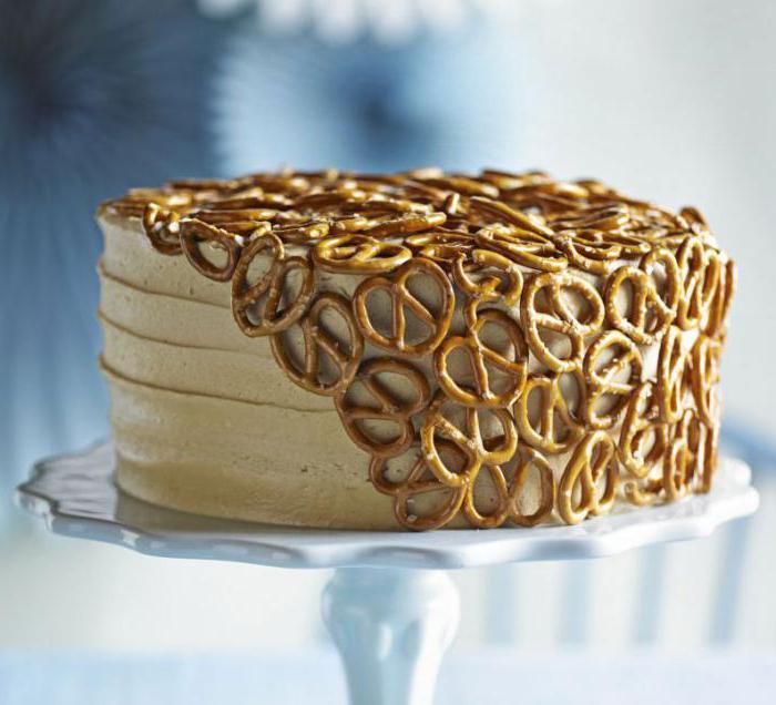 торт украшенный сладостями на годик