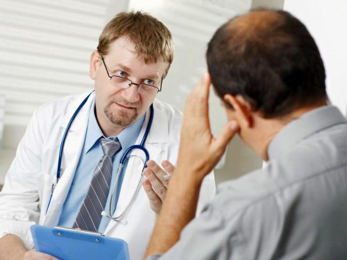 Врач лечит сексам пациента