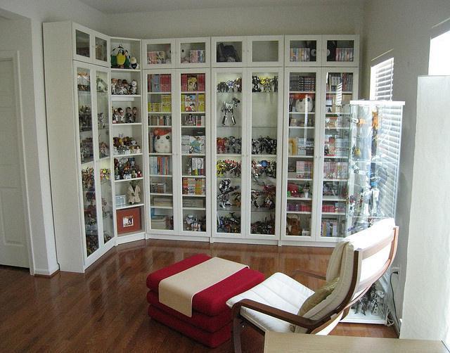 книжный шкаф со стеклянными дверцами фото