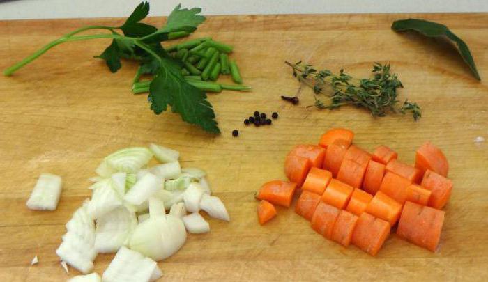 Щука тушеная с морковью и луком в томате