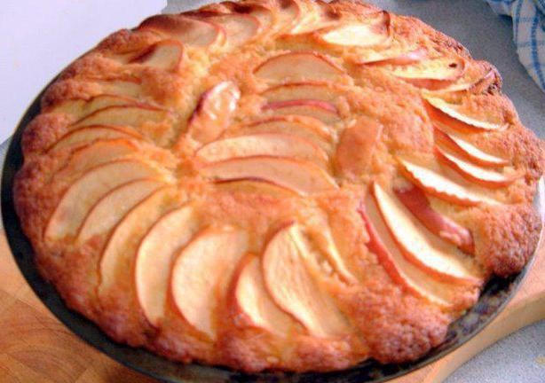 яблочный бисквитный пирог на сметане