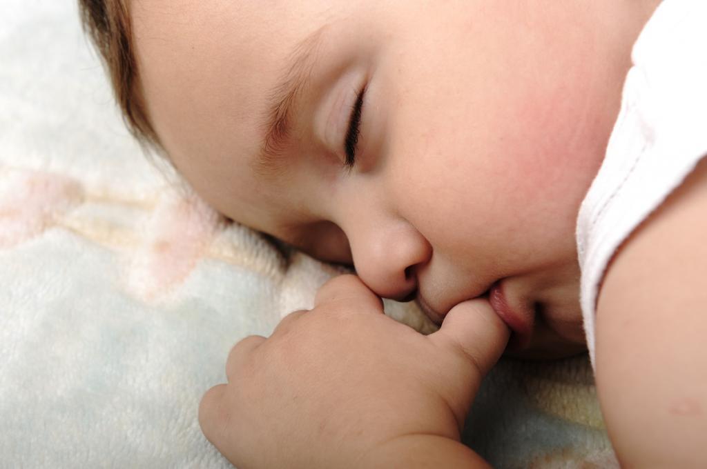 спит с пальцем во рту