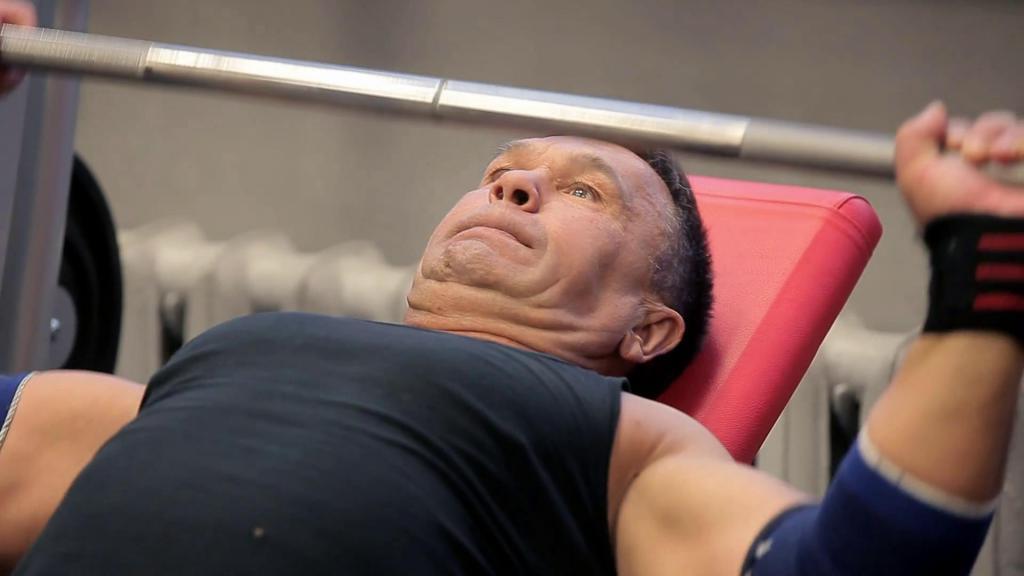 мужчина поднимает тяжести