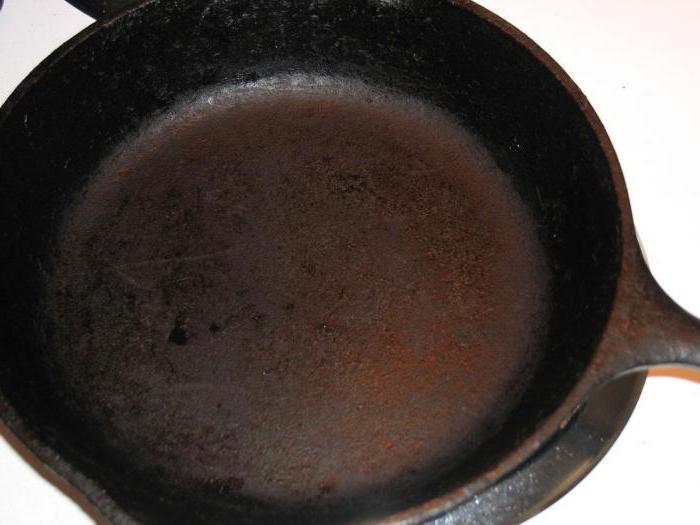 чугунная сковорода ржавеет что делать