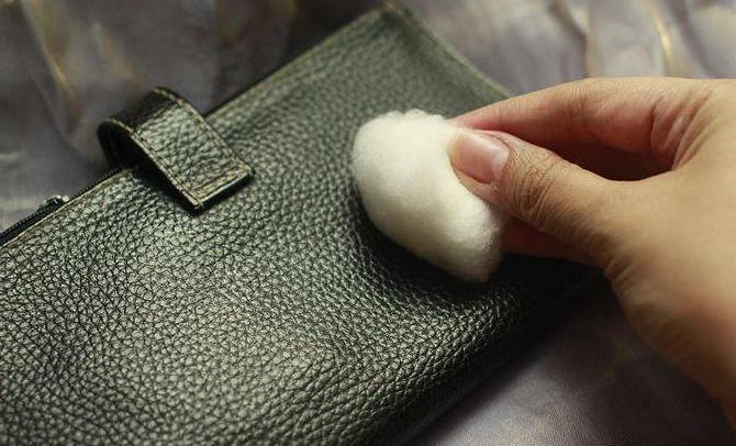 Старую сумку натуральной кожи кожа легко поддается чистке различными средствами