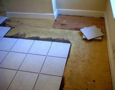 Положить плитку на деревянный пол