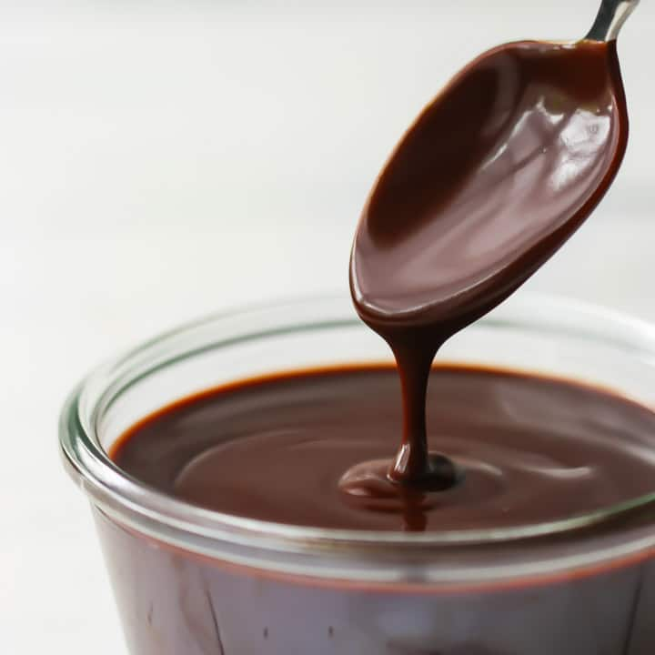 Chocolate glaze .