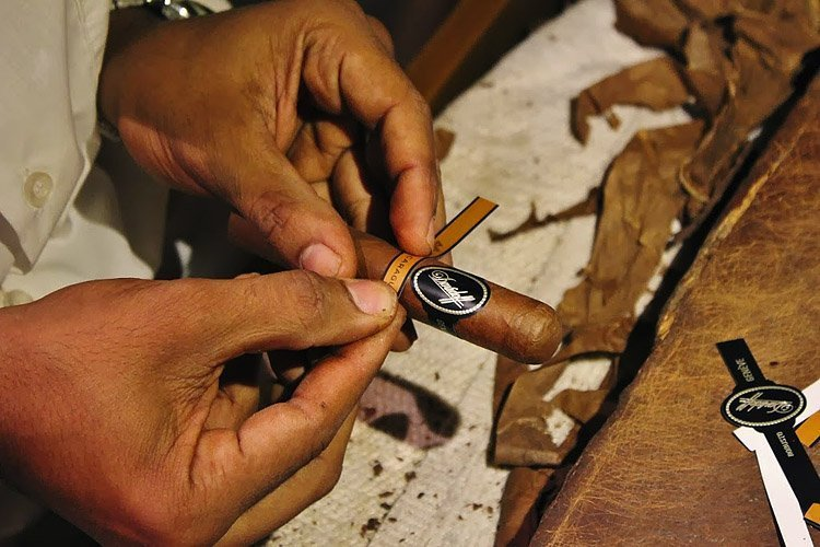 how to make cigars from tobacco leaves