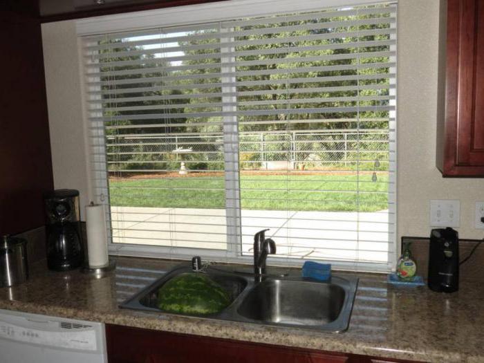 Кухня рабочая зона вдоль окна