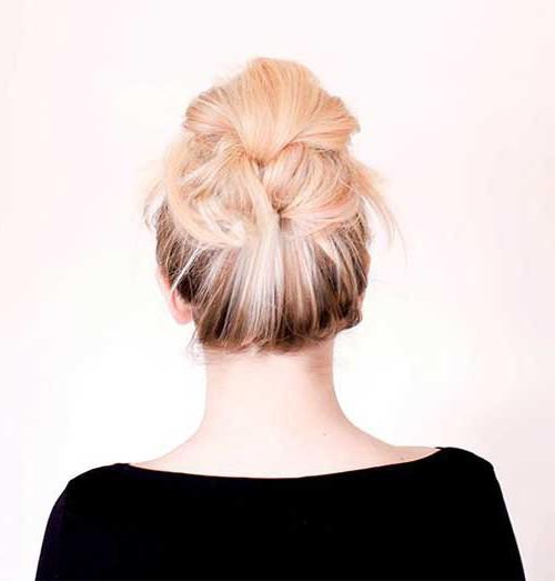средней волосы длины простые своими на прически руками