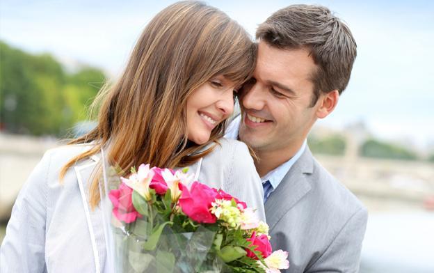 Каким женщинам дарят цветы и подарки 69