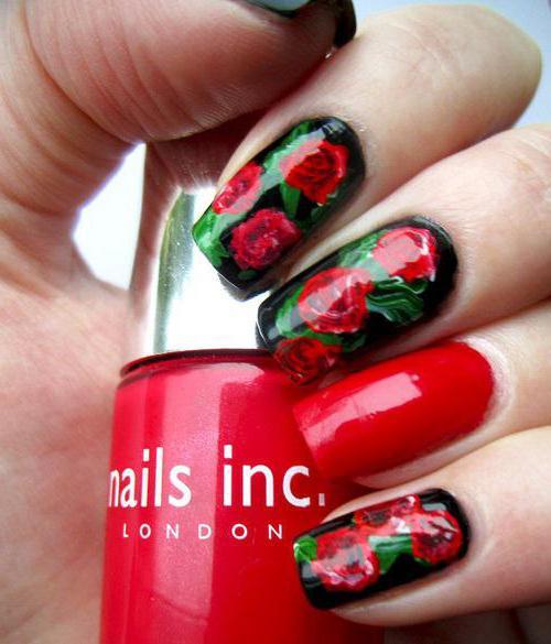 Красный с розами маникюр