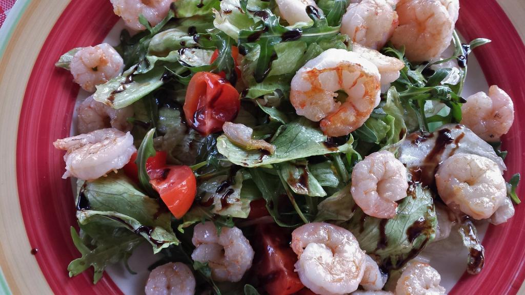 arugula salad with shrimp and tomatoes