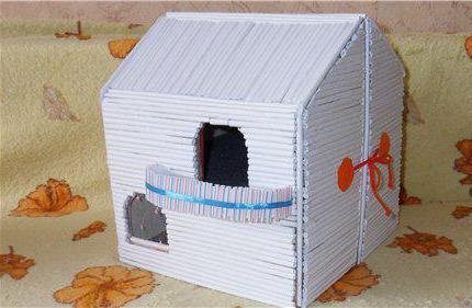 деревенский домик из бумажных трубочек