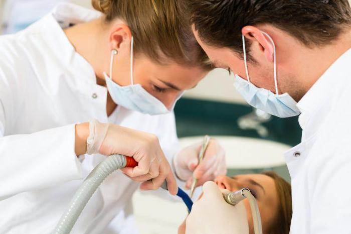 опухла десна возле зуба болит