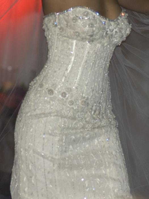 Платье расшитое черными бриллиантами