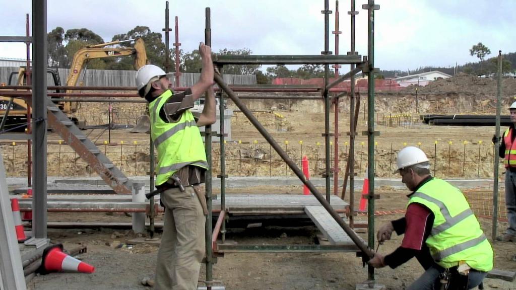 процесс сборки строительных лесов из профильной трубы