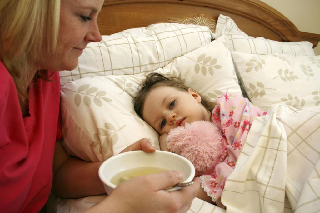 При какой температуре можно обтирать ребенка водкой