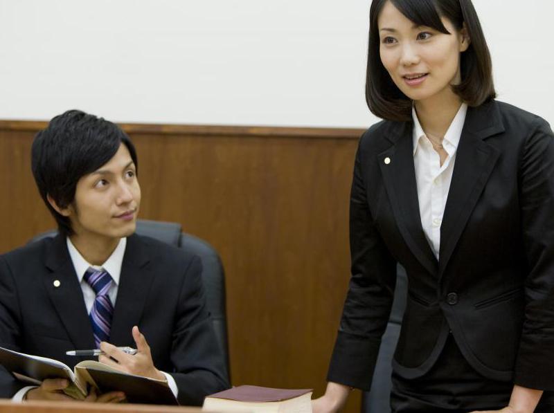 женщина выступает на судебном заседании