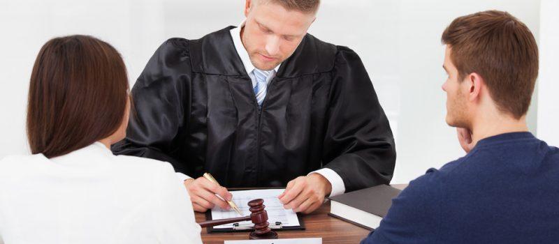 мужчина и женщина в суде