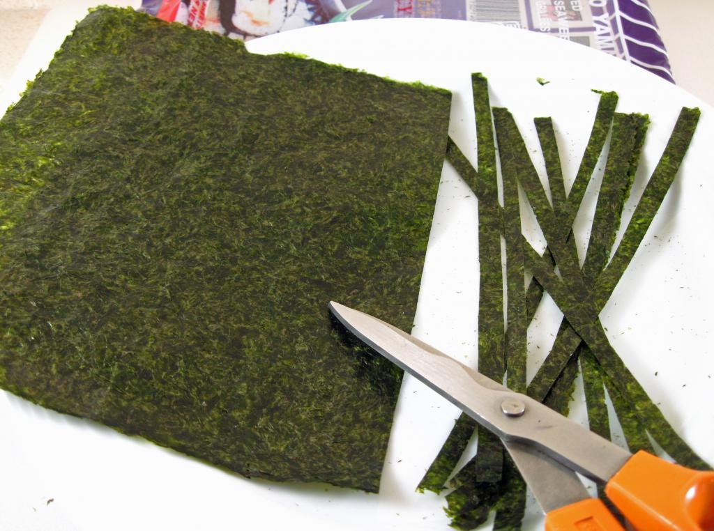 нарезаем листы нори