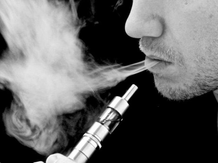 курение во время кашля