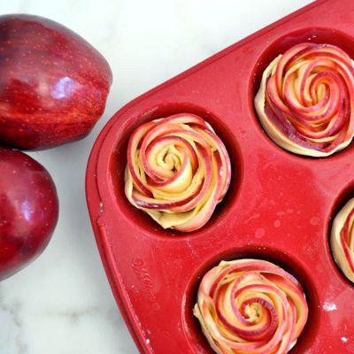 розы из слоеного теста с яблоками на сковороде