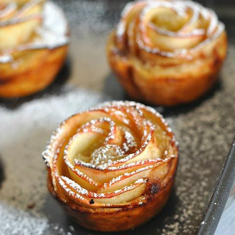розы из слоеного теста с яблоками