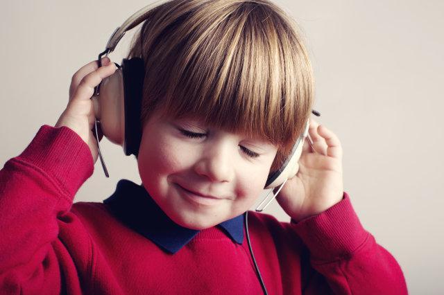 как узнать кто исполняет песню